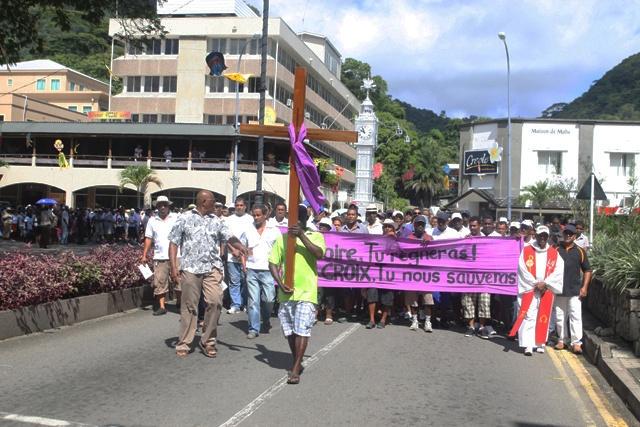 Les catholiques seychellois célèbrent le chemin de croix