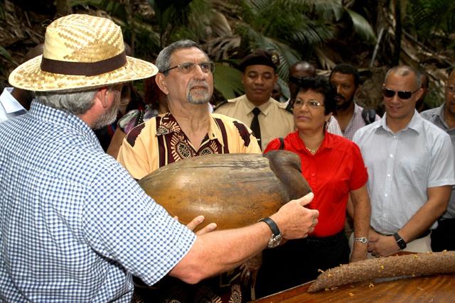 Le président Fonseca découvre le Coco de Mer, symbole des Seychelles
