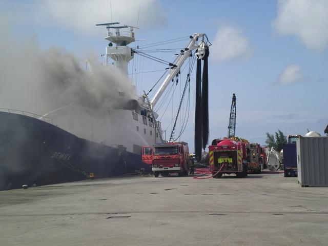 Les pompiers des Seychelles interviennent pour éteindre le feu à bord d'un thonier espagnol
