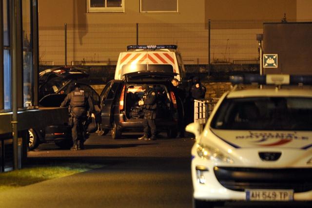 Charlie Hebdo: un complice présumé se rend, un jihadiste et son frère toujours recherchés par la police française