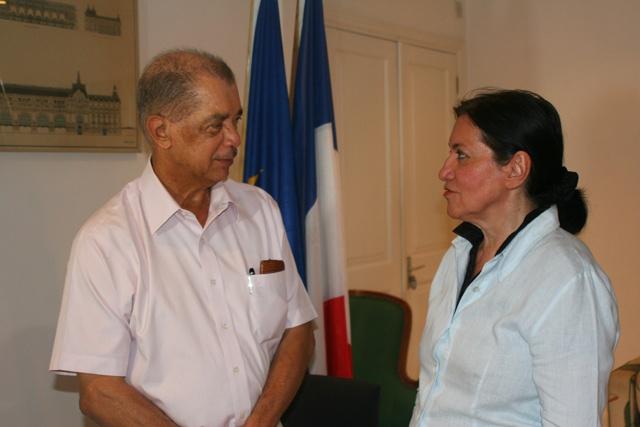 Le président des Seychelles rend hommage aux familles des victimes de l'attaque de Charlie hebdo.