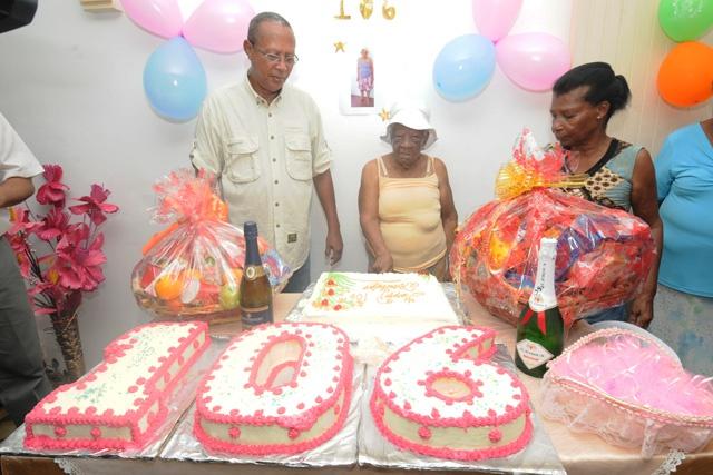 La doyenne des Seychelles Nancy Marie fête ses 106 ans.