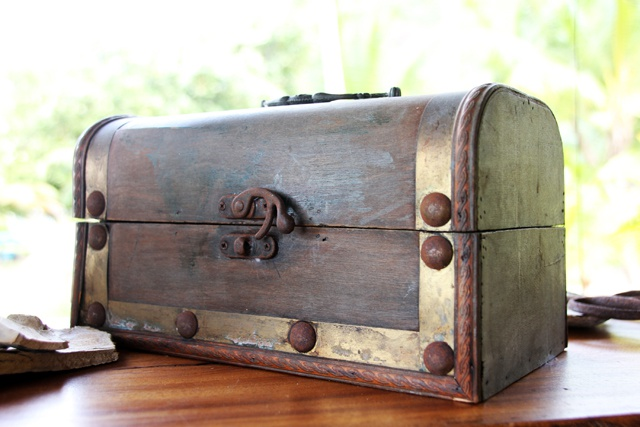 Treasure chests and old artefacts from 18th century pirates hidden in the Seychelles - rare discoveries according to hotel owner on Praslin island