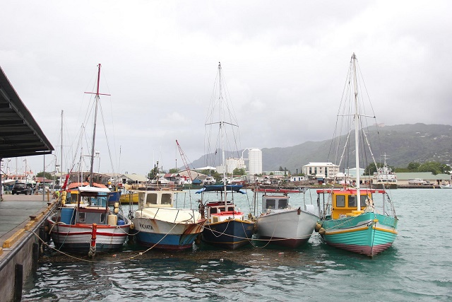 Spanish tuna vessel assists Seychelles fishermen in distress, two boats still missing