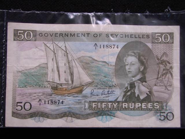La banque centrale des Seychelles possède deux billets de 50 roupies avec les lettres  « SEX », très recherchés par les collectionneurs.