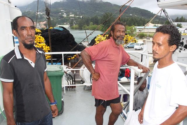 « Une Chasse au trésor » qui tourne mal. Le thonier senneur français « Franche-Terre » ramène aux Seychelles trois hommes perdus en mer.