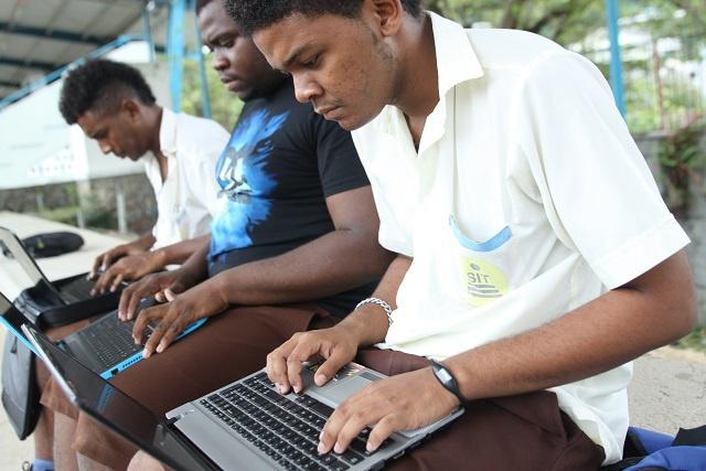 Comment se débarrasser de votre vieux mobile ? « Durabilité pour les Seychelles »  collecte les déchets électroniques dans des poubelles spéciales
