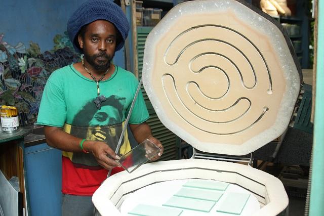 Faire vivre des couleurs grâce à la lumière : coup d'œil dans le seul studio de vitrail aux Seychelles