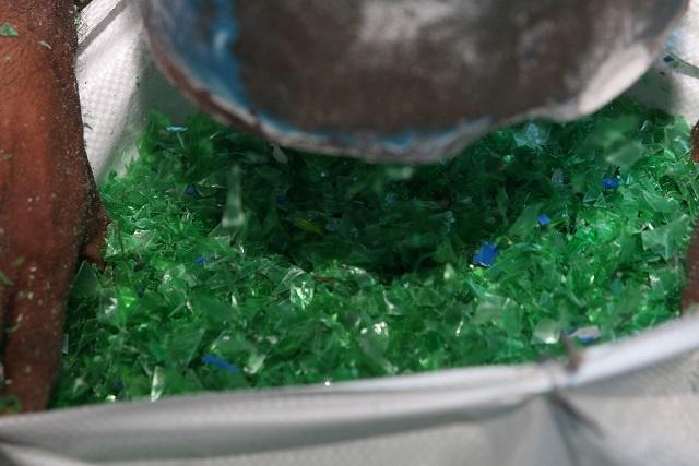 Les bouteilles en plastique broyées et exportées pour réduire la quantité de déchets solides aux Seychelles