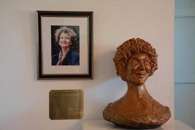 Une Pionnière de la promotion de la langue créole aux Seychelles Danielle Jorre de St Jorre honorée par une sculpture