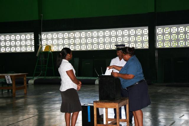 Premier jour des élections présidentielles aux Seychelles, à Mahé, Praslin, Silhouette et dans les îles éloignées .