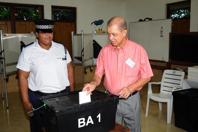 James Michel, premier des candidats à la présidentielle aux Seychelles à voter