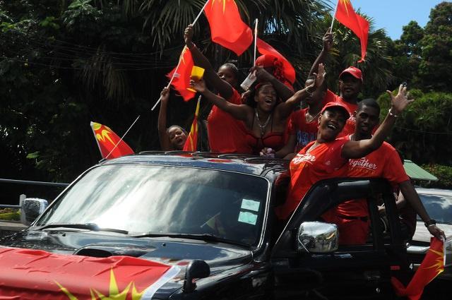 Les partisans du Parti Lepep célèbrent la victoire de James Michel, le nouveau président des Seychelles
