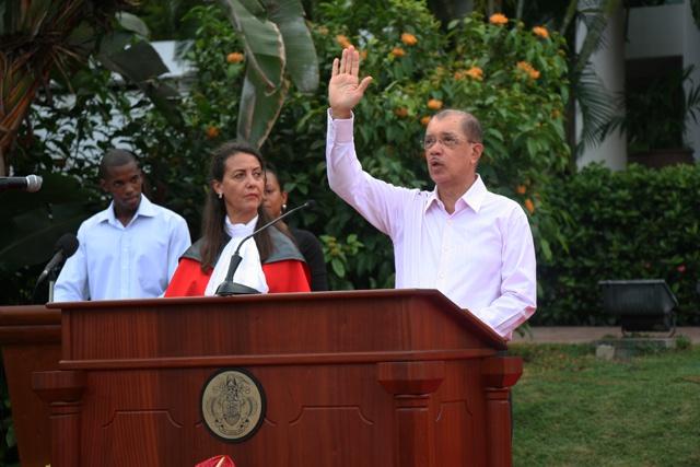 Le président des Seychelles James Michel a prêté serment, en se donnant 100 jours pour voir les premiers progrès.