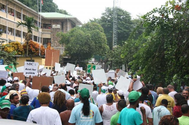 """L'opposition manifeste contre  la télévision des Seychelles pour """"un manque d'impartialité"""""""