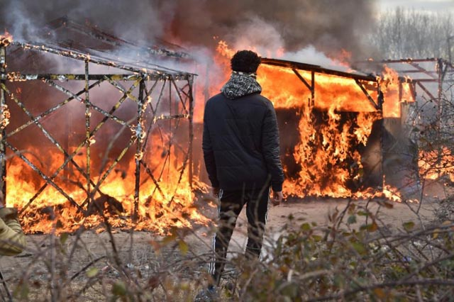 Clashes as France starts destroying 'Jungle' migrant camp