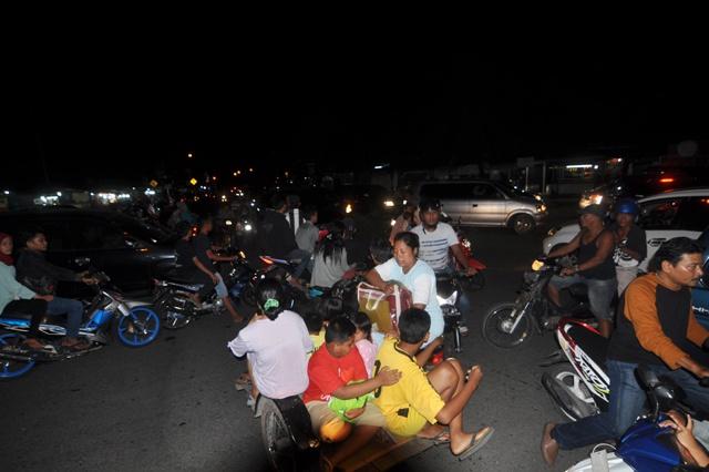 7.8 magnitude quake hits W.Indonesia, tsunami alert
