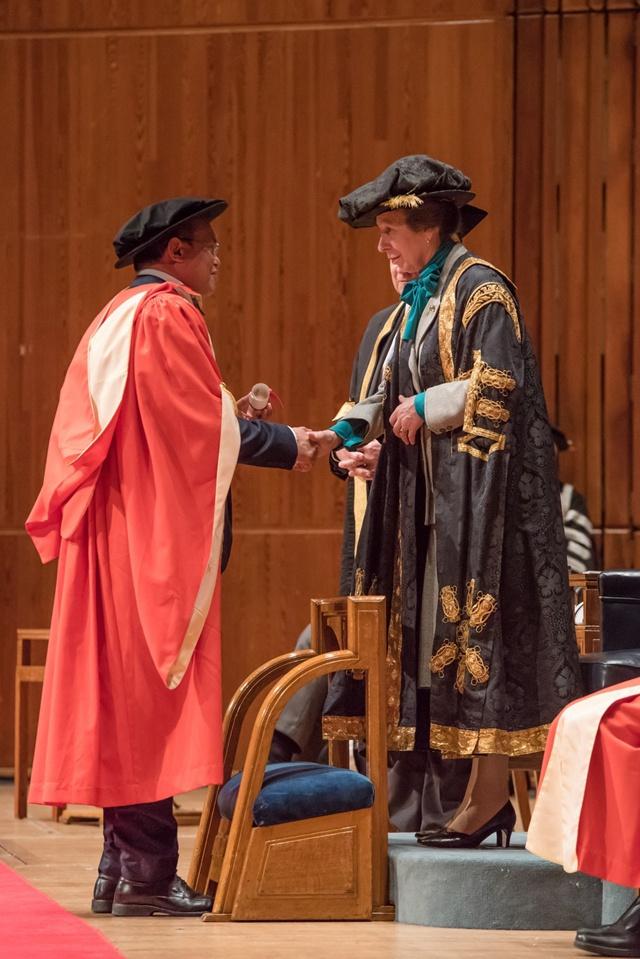 Le lauréat Seychellois du prix Nobel collectif reçoit un doctorat honoris causa