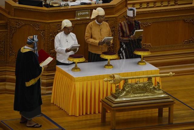 Birmanie: le nouveau président, doublure de Suu Kyi, prête enfin serment
