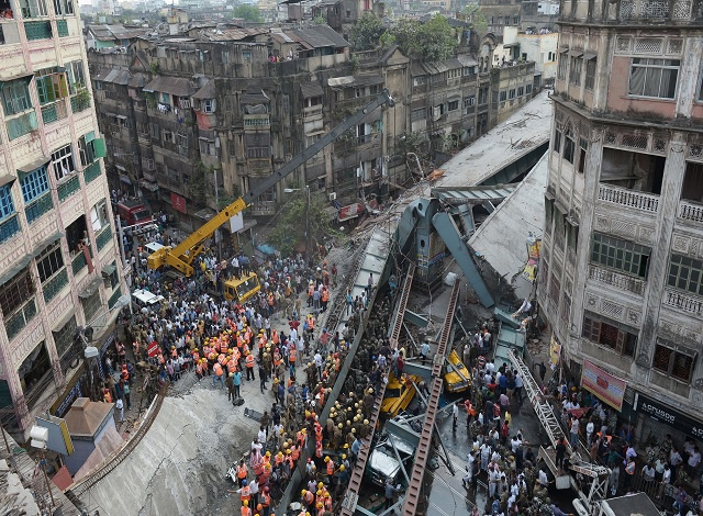 Rescuers battle to reach India collapse survivors