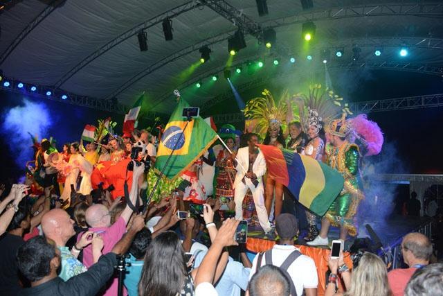 Un avant-goût du carnaval International de Victoria hier soir lors de l'ouverture officielle.