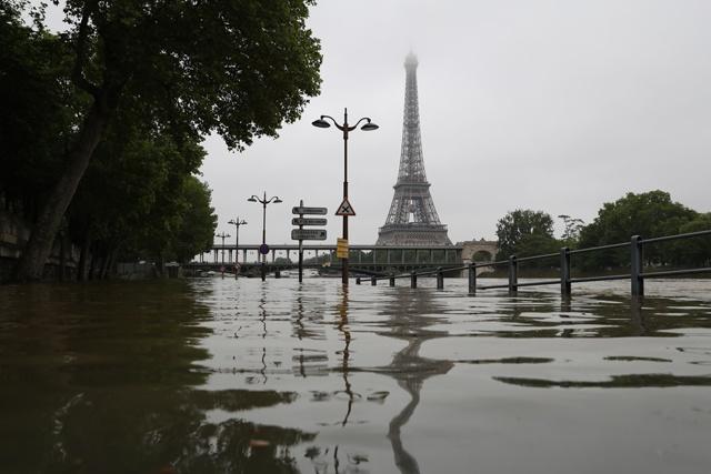 Paris on alert as swollen Seine reaches peak levels