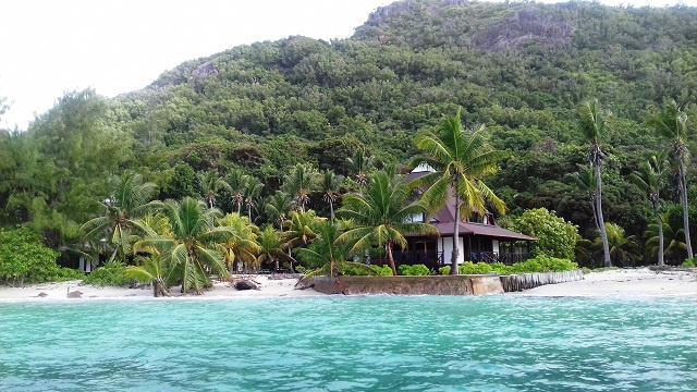 Beach-side hotel in Seychelles takes measures against high waves, erosion