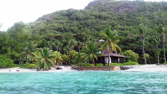 Un hôtel de bord de mer aux Seychelles prend des mesures contre les hautes vagues et l'érosion