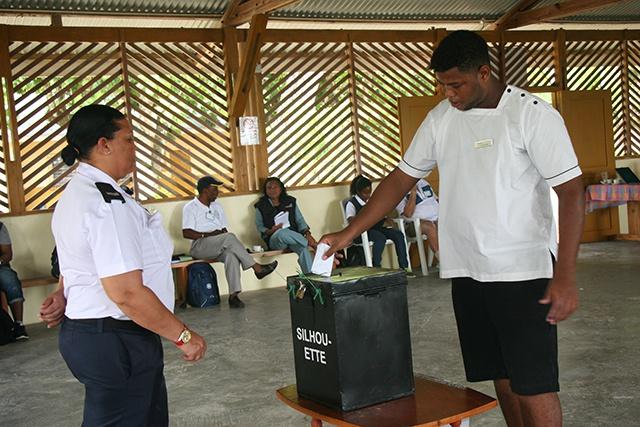 Les élections législatives aux Seychelles : les électeurs se sont rendus aux urnes pour le premier jour de vote