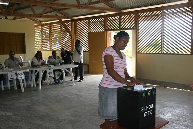 Les élections législatives des Seychelles - Jour 2 : les électeurs des îles extérieures votent