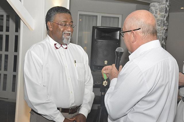 Une vie à la promotion de l'agriculture des Seychelles récompensée par l'insigne de chevalier de l'ordre du mérite agricole.