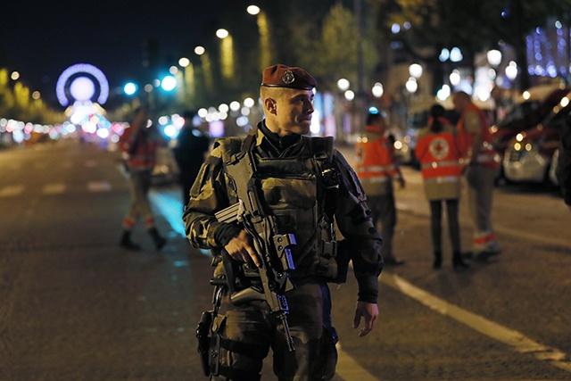 France: attentat avant l'élection présidentielle, un policier tué sur les Champs-Elysées