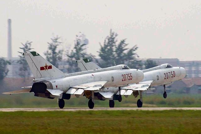 Deux chasseurs chinois interceptent un avion militaire américain