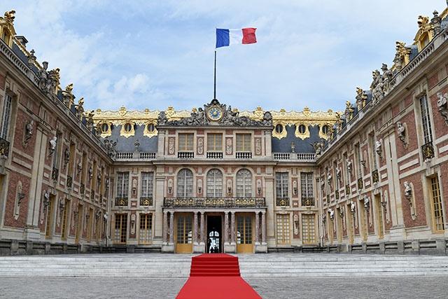 """Macron reçoit Poutine à Versailles pour un dialogue """"sans concession"""""""