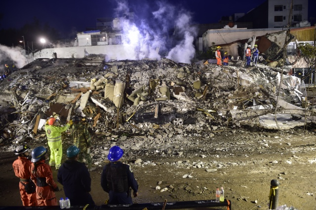 U.S. search and rescue experts arrive in Mexico after deadly quake