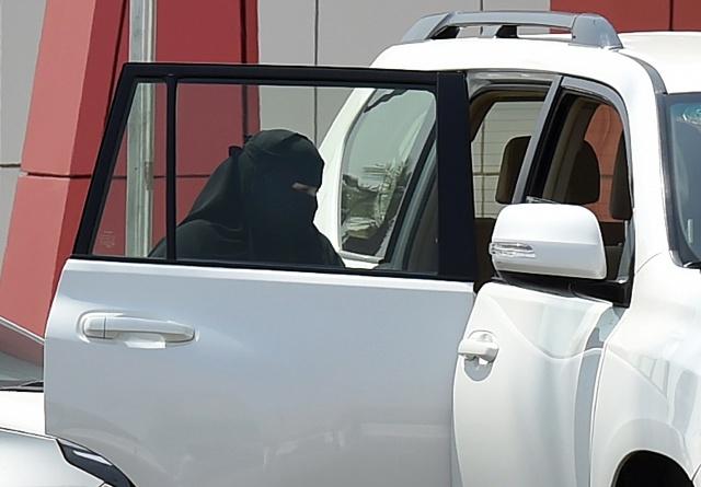 Saudi Arabia wins plaudits for ending ban on women driving
