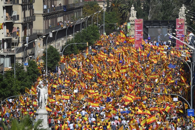Catalan leader maintains independence threat after unity rallies