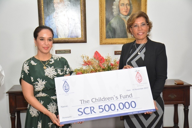 La Banque Al Salam fait un don de 32 000 € au Fonds pour les enfants des Seychelles lors d'une réunion avec le président