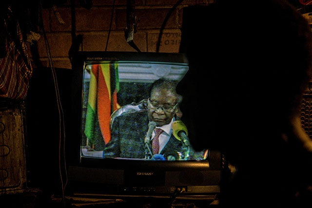 Zimbabwe: Mugabe continue à s'accrocher malgré une menace de destitution