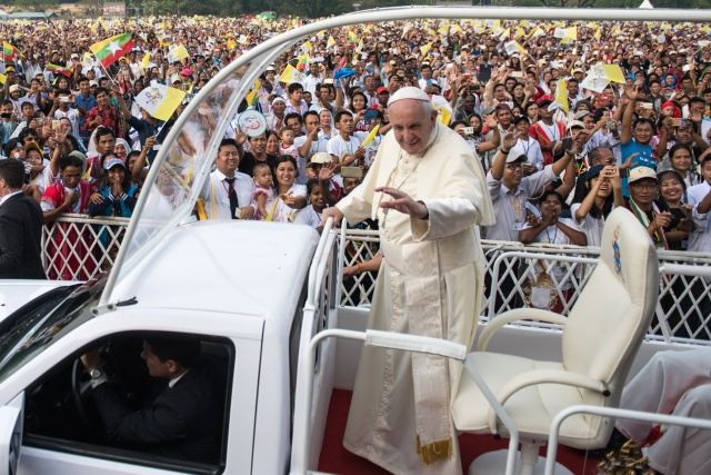 Pope preaches forgiveness in landmark mass for Myanmar Catholics