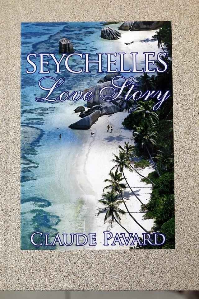 Le Président des Seychelles félicite un auteur pour son quatrième livre sur la nation insulaire
