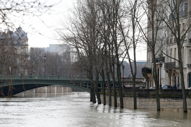 Seine reaches peak in flood-hit Paris