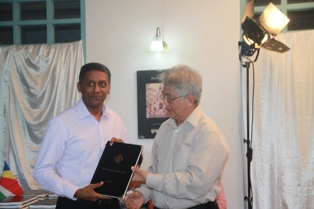 La version créole de la constitution des Seychelles présentée au président