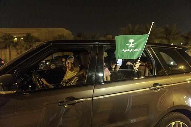 Arabie saoudite: après la fin de l'interdiction, des femmes au volant dans les rues de Ryad