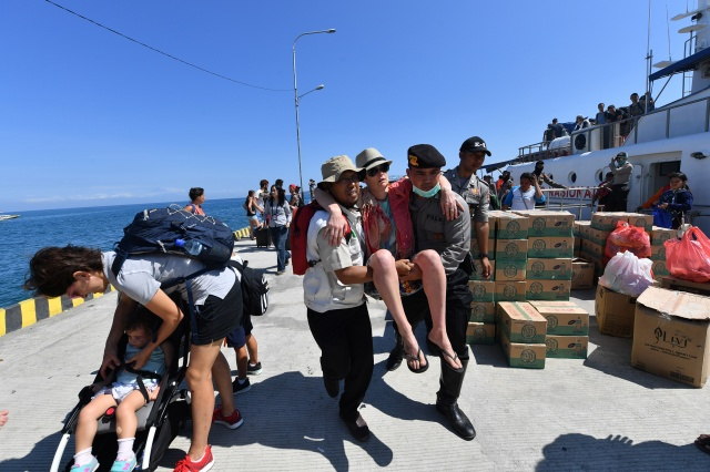 Tourist exodus from Lombok as quake toll hits 105
