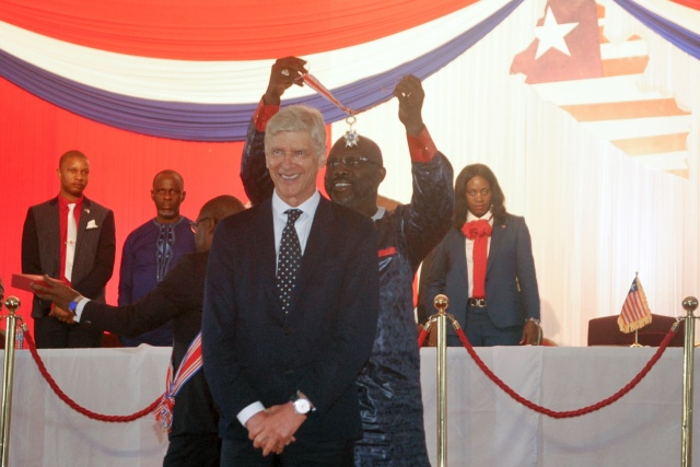 President Weah presents honours to former coaches Wenger and LeRoy