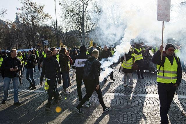 """""""Gilets jaunes"""": plus de 280.000 manifestants, un mort et 200 blessés sur les barrages"""
