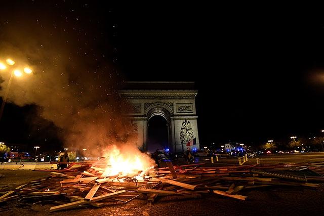 """France: Macron exprime sa """"honte"""" face aux violences des """"gilets jaunes"""""""