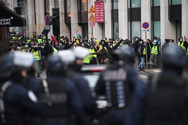 """Manifestations des """"gilets jaunes"""" : heurts à Paris, 31.000 protestataires en France"""