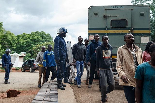 Au Zimbabwe, une figure de la contestation arrêtée, la répression s'aggrave